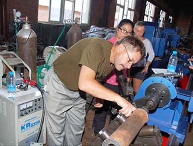 俄罗斯客户学习双枪自动焊机的使用